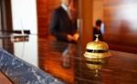 Hotelrezeption mit Glocke und Rezeptionist