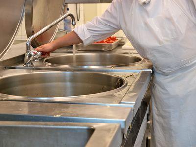 Alles was man über Küchenhygiene wissen muss, steht in der DIN EN ISO-Norm 22000 über Managementsysteme für Lebensmittelsicherheit (Foto: Lucky Dragon/fotolia.com)