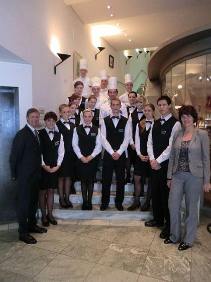 Die 17 neuen Azubis des Park Inn by Radisson Berlin Alexanderplatz mit Hoteldirektor Thomas Hattenberger (vorne links) und Trainingsmanagerin Katrin Lange (vorne rechts).