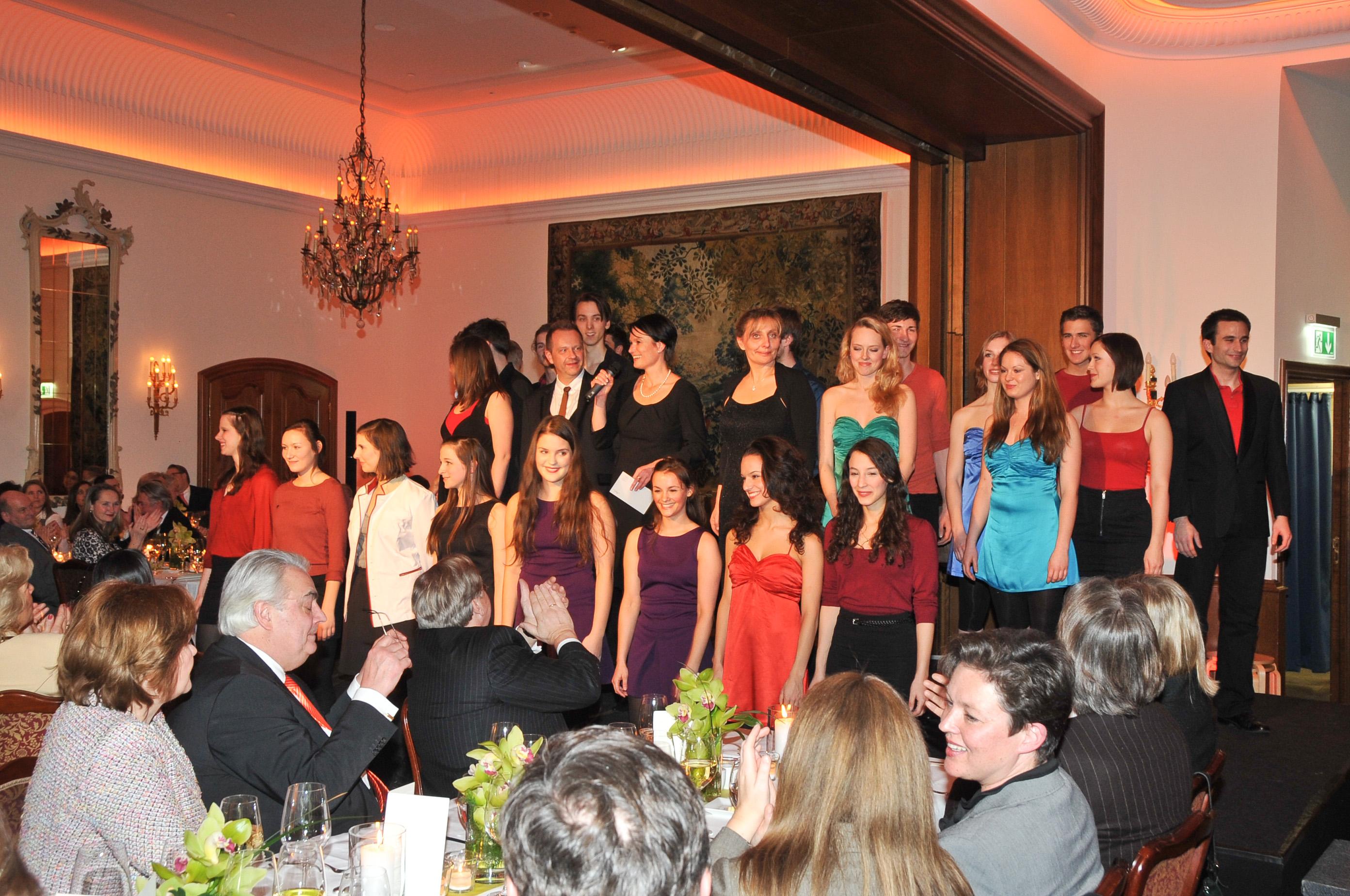 Auftritt der Joop van den Ende Musical Academy im Fairmont Hotel Vier Jahreszeiten Hamburg