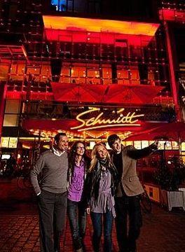 Hamburg und seine Reeperbahn – Touristen vor dem legendären Schmidt Theater (Foto: www.mediaserver.hamburg.de/R. K. Hegeler)