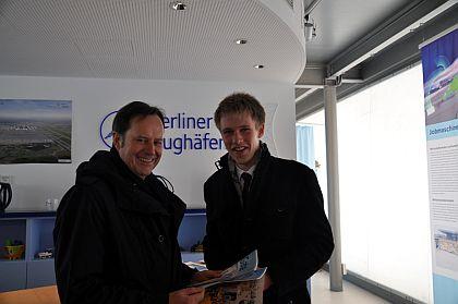 """Erster Teilnehmer bei Steigenberger-""""Stay"""": David Sudowé mit Henri Fritz, Direktor des InterCityHotel Berlin-Brandenburg Airport"""
