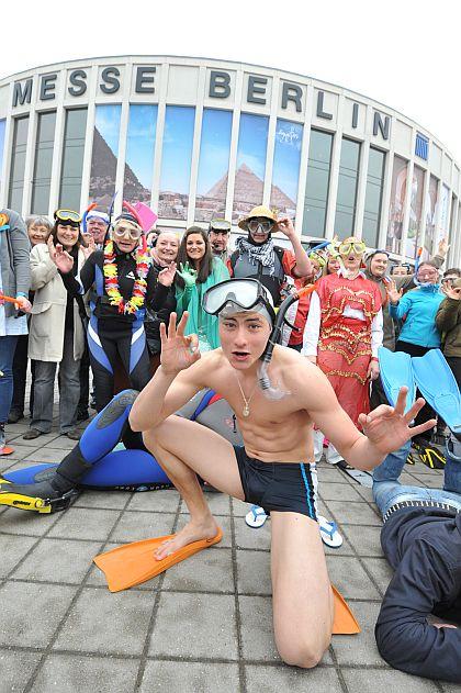 ITB Berlin 2012: Freien Eintritt am Eingang Süd gibt es für als Taucher kostümierte Besucher am 10. März zwischen 11 und 11:30 Uhr