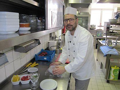 """Erkennen Sie ihn? Das ist Mario Pick alias Pierre Hoffmann als """"Undercover Boss"""" in seinen Welcome Hotels - zu sehen heute bei RTL um 21:15 Uhr"""