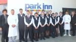 Die 14 neuen Azubis des Park Inn by Radisson Berlin Alexanderplatz mit Personaldirektorin Petra Strenger (vorne rechts) und Trainingsmanagerin Katrin Lange (vorne links).