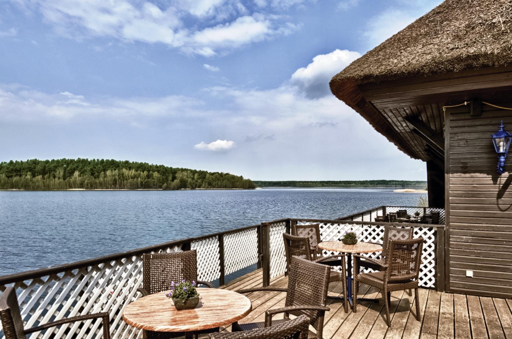 Die Aussicht von der Terrasse des Bootshauses auf den Drewitzer See