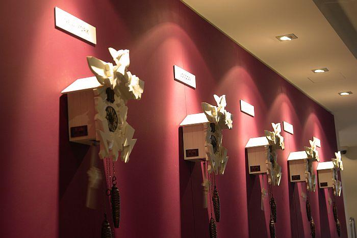 Verspieltes Detail aus dem Hotel Ritter Durbach: Kuckucksuhren aus der Region fesseln den Blick des Hotelgastes an der Rezeption