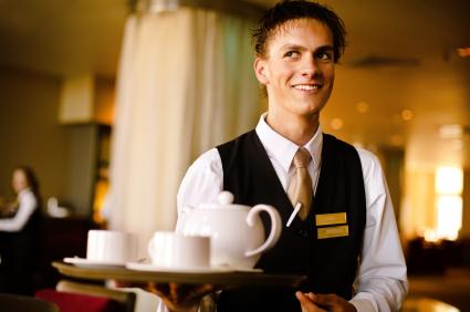 Pluspunkt im Employer Branding: Betriebliche Krankenversicherungen sind für Mitarbeiterinnen und Mitarbeiter in der Gastronomie auch steuerlich attraktiv, sagen die Branchenexperten von ETL Adhoga