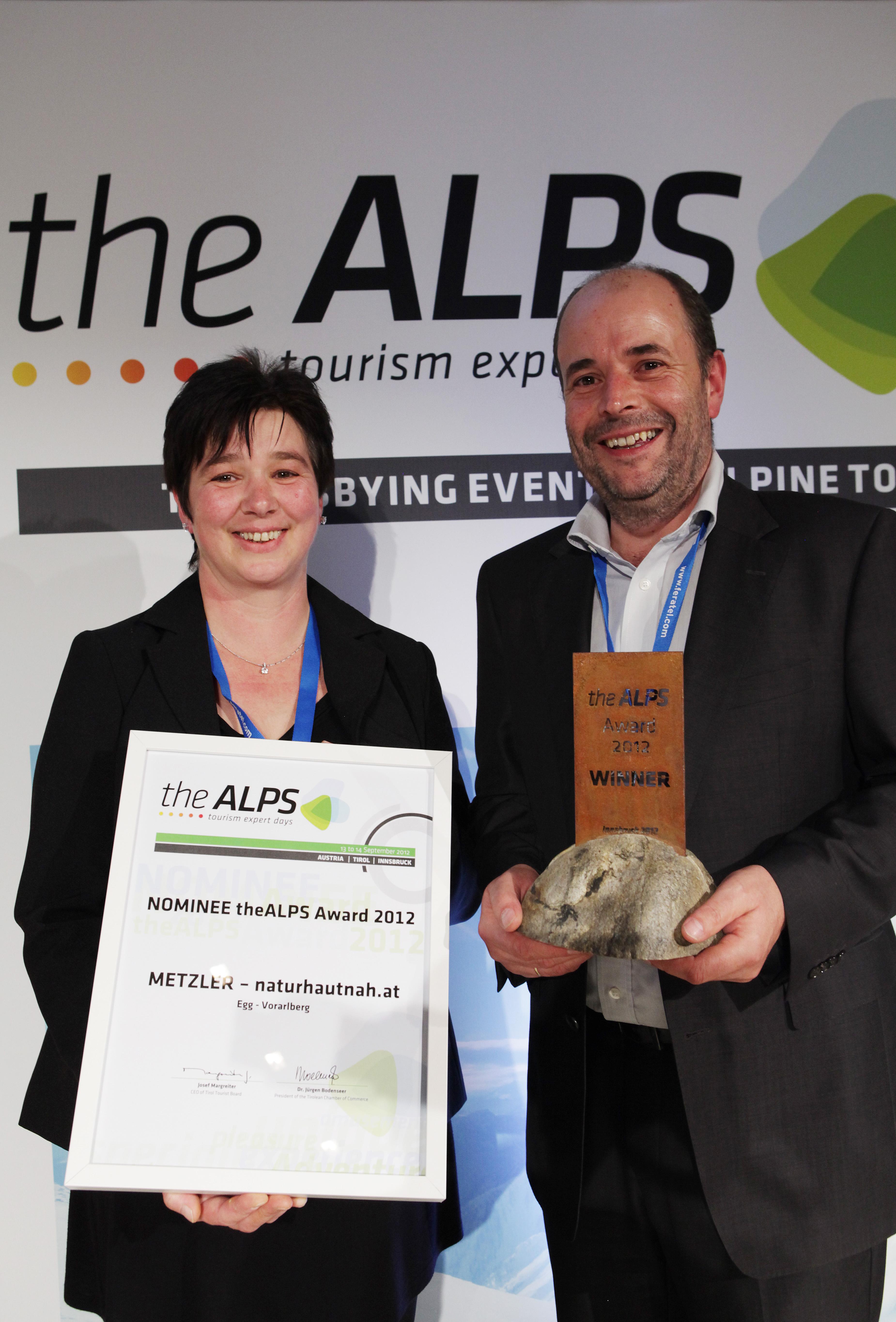 Stolze Preisträger des theALPS Award 2012 - Ingo und Melitta Metzler vom Vorarlberger Projekt naturhautnah.at