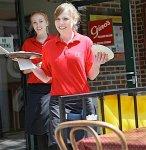Kellnerinnen in Rot - beste Aussicht auf Trinkgeld (Foto: Flickr-Benson)