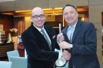 Regionaldirektor Jürgen Gangl übergibt symbolisch eine Suppenkelle an seinen Nachfolger Bertold Reul, den neuen Hoteldirektor des Park Inn by Radisson Berlin Alexanderplatz.