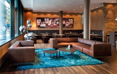 Neuer Fonds für Budget- und Mittelklasse-Hotels: U.a. Motel One und Holiday Inn Express im Fokus (Foto: Motel One Lounge Stuttgart Hauptbahnhof)