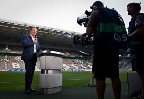 Champions League Finale zwischen FC Bayern München und Borussia Dortmund: Oliver Welke kommentiert das Spiel live im ZDF - Arbeitsfoto vor dem Spiel (Foto: Marianne Müller/ZDF)