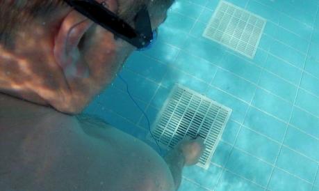 Ein TÜV-Experte misst die Stärke einer Pool-Ansaugpumpe (Foto: ZDF/Michael Parente)