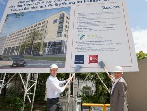 Michael Mücke und Philippe Alanou beim Spatenstich für zwei neue Accor-Hotelprojekte in München (Foto: Accor)