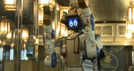 Roboter in eine japanischen Restaurant in Bangkok - wenn's den Gästen zu lanmgweilig, tanz er eben - TV-Report aus der Erlebnisgastronomie Thailands bei HOTELIER TV: www.hoteliertv.net/weitere-tv-reports