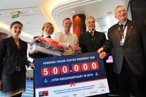 Hotelfachmann Ivar Hammerbeck ist der 500.001 Kreuzfahrtgast in Hamburg - Von links: Nadine Palatz (Hamburg Cruise Center/HCC), Anja Tabarelli (Cunard), Ivar Hammerbeck, Hamburgs Wirtschaftssenator Frank Horch und Stefan Behn (HCC)