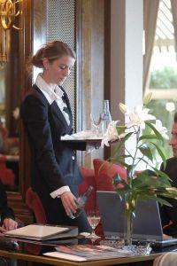 Der Mindestlohn kommt - auch im Gastgewerbe: Ab spätestens 2017 soll jeder mindestens 8,50 Euro je Stunde verdienen