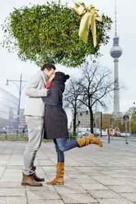 Berlin im Kussfieber: Größter Mistelzweig Deutschlands hängt in der Hauptstadt - Werbeaktion von InterContinental Hotels