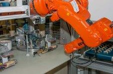 Ein Roboter im Einsatz an der automatischen Henkelgarnieranlage.
