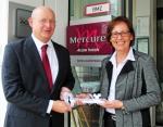 Die bisherige Direktorin Stephanie Cauvert (rechts) übergibt dem neuen Direktor Jo Dahmen (links) symbolisch die Schlüsselgewalt für das Mercure Hotel Bonn Hardtberg