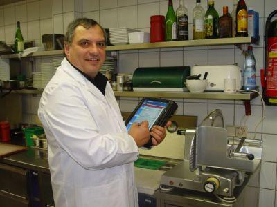 Hotelchecker Ulrich Jander bei der Hygiene-Messung