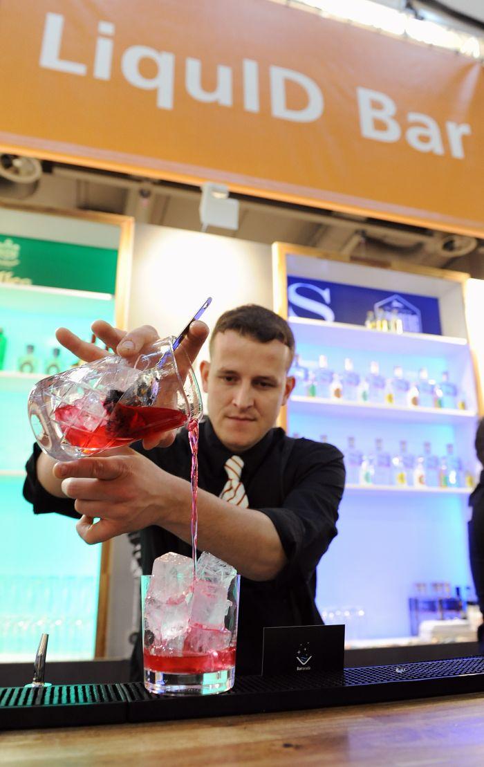 """Beliebt auf der Internorga Hamburg 2014: Trend-Cocktails in der """"Liquid Bar"""" (Foto: Nico Maack/Hamburg Messe)"""