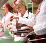 """Cornelia Poletto kocht mit den """"Vapianisti"""" - die Special-Rezepte der TV-Spitzenköchin sind nun in den """"Vapiano""""-Restaurants zu probieren"""