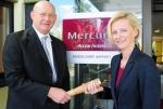 Der bisherige Direktor Jo Dahmen (l.) übergibt der neuen Direktorin Ludmila Zelena (r.) symbolisch mit dem Staffelstab die Verantwortung für das Mercure Hotel Düsseldorf Airport