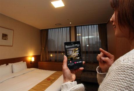 NFC-Smartphones öffnen Zimmertüren und steuern Zimmersysteme wie hier im Hotel Sky Park Central in Seoul/Südkorea