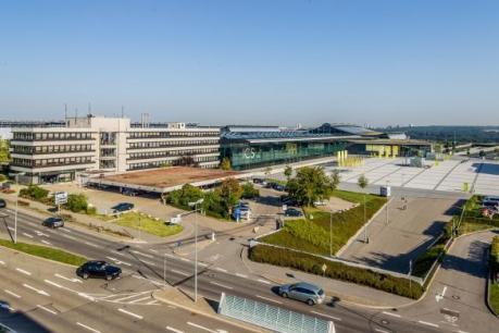 Das neue Kongresshotel am Flughafen Stuttgart wird anstelle des aktuellen Bürogebäudes (links) gebaut. Es wird direkten Anschluss an die Landesmesse haben.