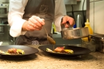 Koch richtet Teller an - Jeunes Restaurateurs Europe