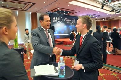 Kempinski-Chef Reto Wittwer stellt noch per Handschlag ein (Foto vom Kempinski Career Day 2013 in Peking/China)