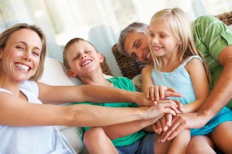 Familie - lustig - Eltern - Mann - Frau - Kinder