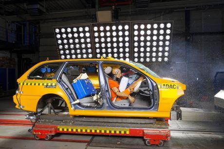Füsse aufs Amaturenbrett: Beim Crash sind schwere Verletzungen vorprogrammiert