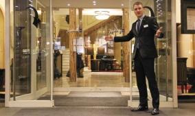 heute-chef-lehrling-simon-kreyenpoth-general-manager-seinem-hotel_78130