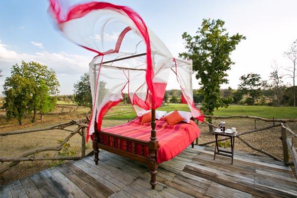 Wie Glamping: Im neuen Jamtara Wilderness Camp schläft man im Himmelbett in freier Natur