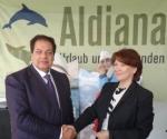Ägyptische Group Cleopatra kauft Aldiana: Mohamed M. Abou el-Enein und Gisela Sökeland bei der Übergabe in Oberursel