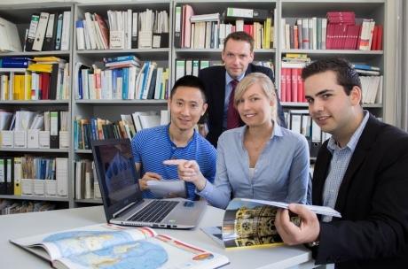 Dr. Rainer Lisowski, Dozent für Öffentliche Betriebswirtschaftslehre, Schwerpunkt Marketing (2. von links), hat mit Xin Deng (1. von links), Christina Kossen, Gottfried Schwarz und rund 20 weiteren Studierenden der Hochschule Osnabrück die Attraktivität deutscher Städte für chinesische Touristen untersucht