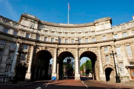Der historische Triumphbogen Admiralty Arch in London wird zum Luxushotel