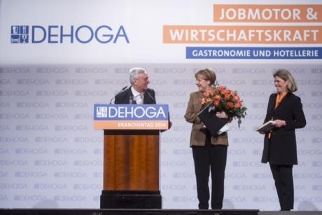 """Bundeskanzlerin Angela Merkel bedankte sich beim Dehoga-Branchentag 2014 im Maritim Hotel Berlin für den neuen Tourismusrekord: """"Danke schön dafür"""" - Im Foto mit Dehoga-Präsident Ernst Fischer und Dehoga-Hauptgeschäftsführerin Ingrid Hartges (Foto: Dehoga)"""
