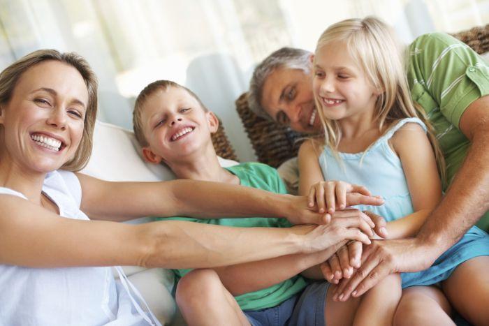 Familie - lustig - Eltern - Mann - Frau - Kinder - klein