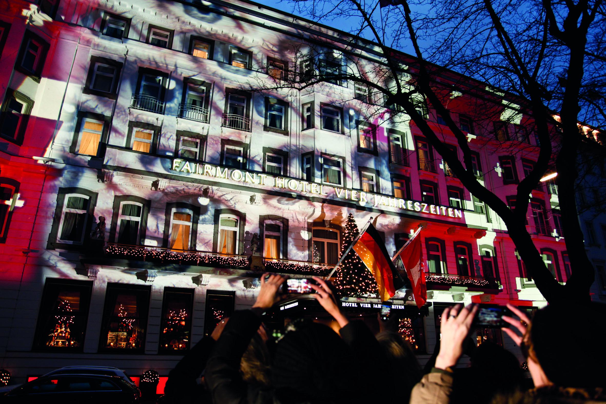 Spekakuläre Lichtinstallation am Fairmont Hotel Vier Jahreszeiten Hamburg - PR-Aktion von Swiss für mehr Achtsamkeit im Umgang miteinandertravelpressFairmont Hotel Vier Jahreszeiten Hamburg