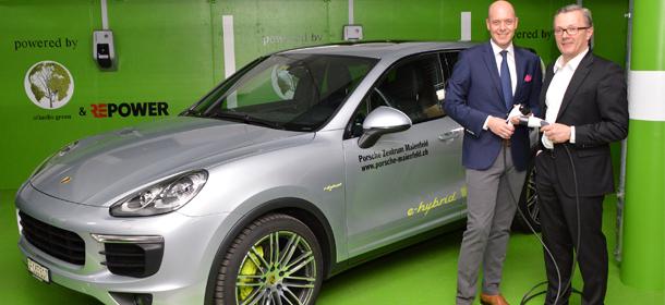 So geht ein grünes Hotel - Gäste tanken Strom und nutzen neue Hybrid-Porsche-Limousine