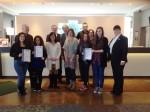 Das Team vom Holiday Inn München-Unterhaching mit den Direktoren und Schülern der Patenschulen