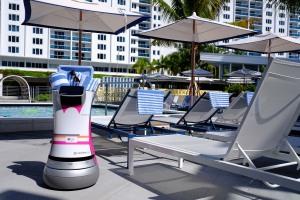 """Neuer Vollzeit-Mitarbeiter in Aloft Hotel: Service-Roboter """"Botlr"""" bringt Snacks, Amenities, Handtücher und noch mehr schnurstracks zu den Gästen (Foto: Starwood Hotels/Aloft Hotel Miami South Beach)"""