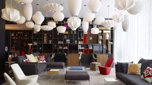 CitizenM Hotel-Lobby: Wohnen und Arbeiten in Einem (Foto: CitizenM)