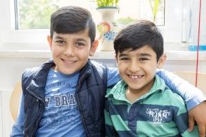 Flüchtlingskinder sollten mit ihren Familien möglichst schnell in Wohnungen untergebracht werden, so wie die beiden syrischen Jungen. Sie wohnen in einer Wohnunterkunft für Asylbewerber beim ASB Zwickau.