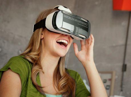 """VR-Brillen wie beispielsweise die """"Samsung Gear VR 3D-Brille"""" mit einem """"Samsung Galaxy Note 4"""" zeigen Immobilien in bisher unbekannter Präzision (Foto: Hermann Immobilien/3D-Bilderfabrik)"""