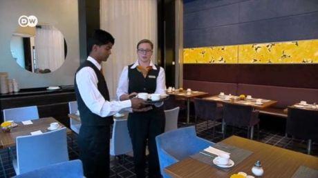 Berufliche Perspektiven für Flüchtlinge in Gastronomie und Hotellerie / Screenshot: Deutsche Welle